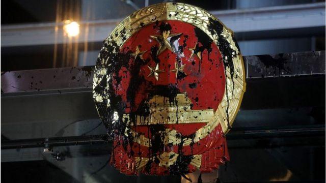 中联办大楼曾经成为香港示威者的目标,向大楼外的中国国徽泼墨涂污。